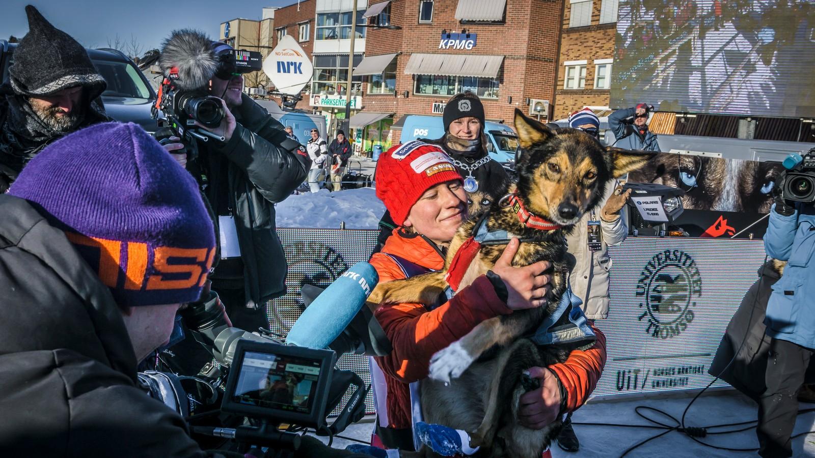 Kasin hedret lederhunden sin etter hun kom i mål i Alta.