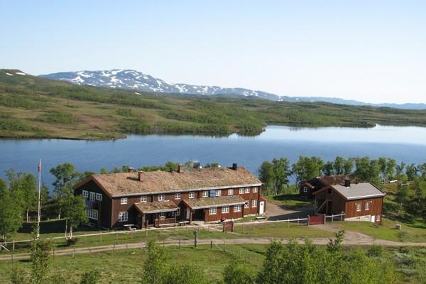 Jøldalshytta ligger vakkert til ved Jølvatnet - Foto: Odd Harald Eriksen