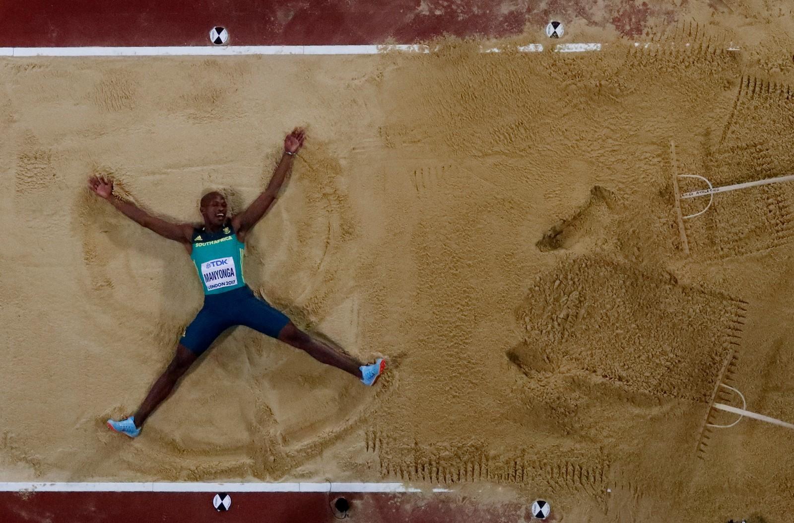 Luvo Manyonga fra Sør-Afrika feiret seieren i lengde under VM i friidrett i London ved å legge seg i lengdegropa og lage en engel i sanden.