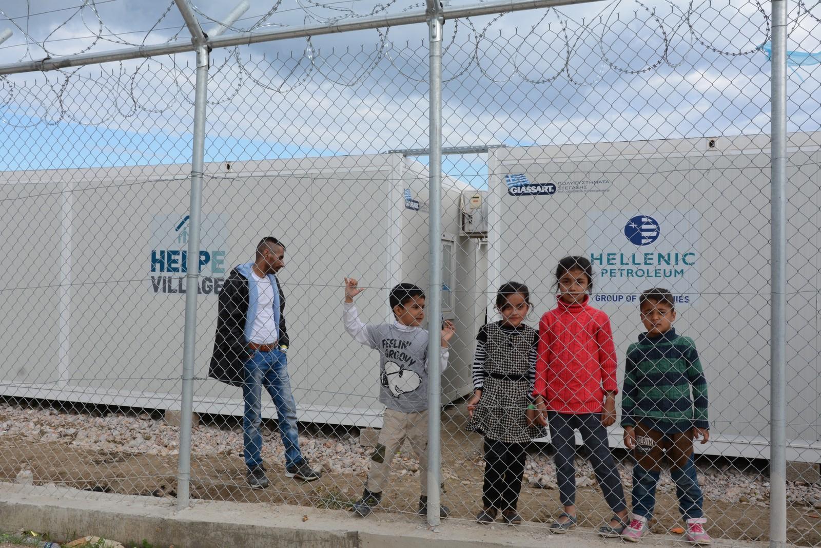Barna fra venstre: Moin (7), Sainab (8), Nasanin (9) og Farsahd (5) fra Afghanistan er blant barna som er innesperret bak piggtråd i Vial-leiren på Chios.