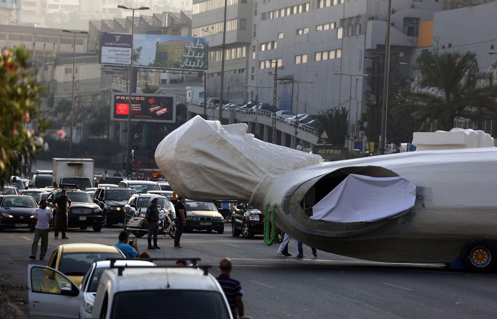 St. Charbel er en helgen som skal ha sørga for en drøss med mirakler. Her fraktes en 23 meter høy og 40 tonn tung versjon på motorveien på vei til Faraya, nord-øst for Beirut i Libanon.