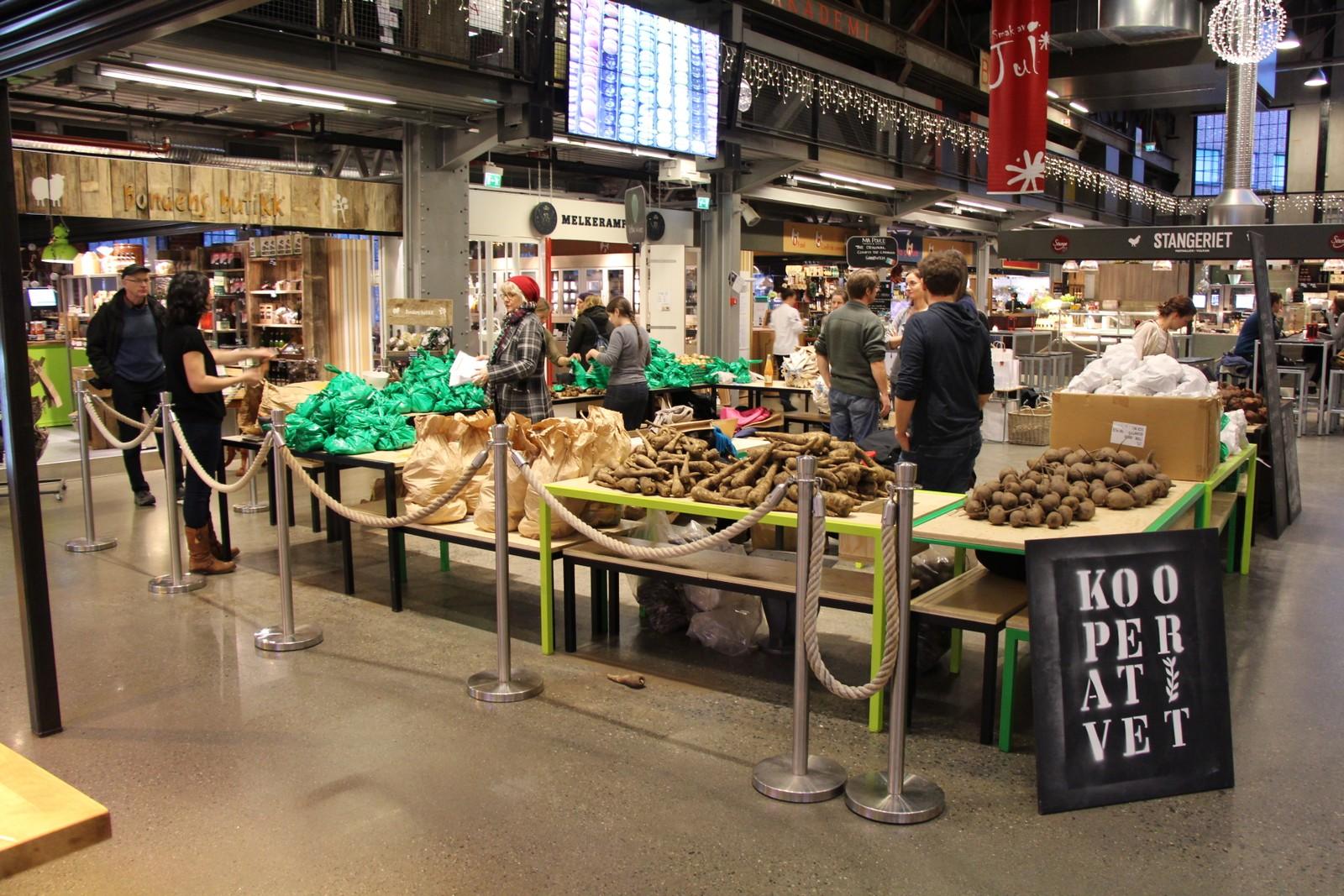 Kooperativet i Mathallen i Oslo. Samvirket er medlemseid og -drevet, og sørger for direktesalg av lokale økologiske og biodynamiske produserte råvarer.