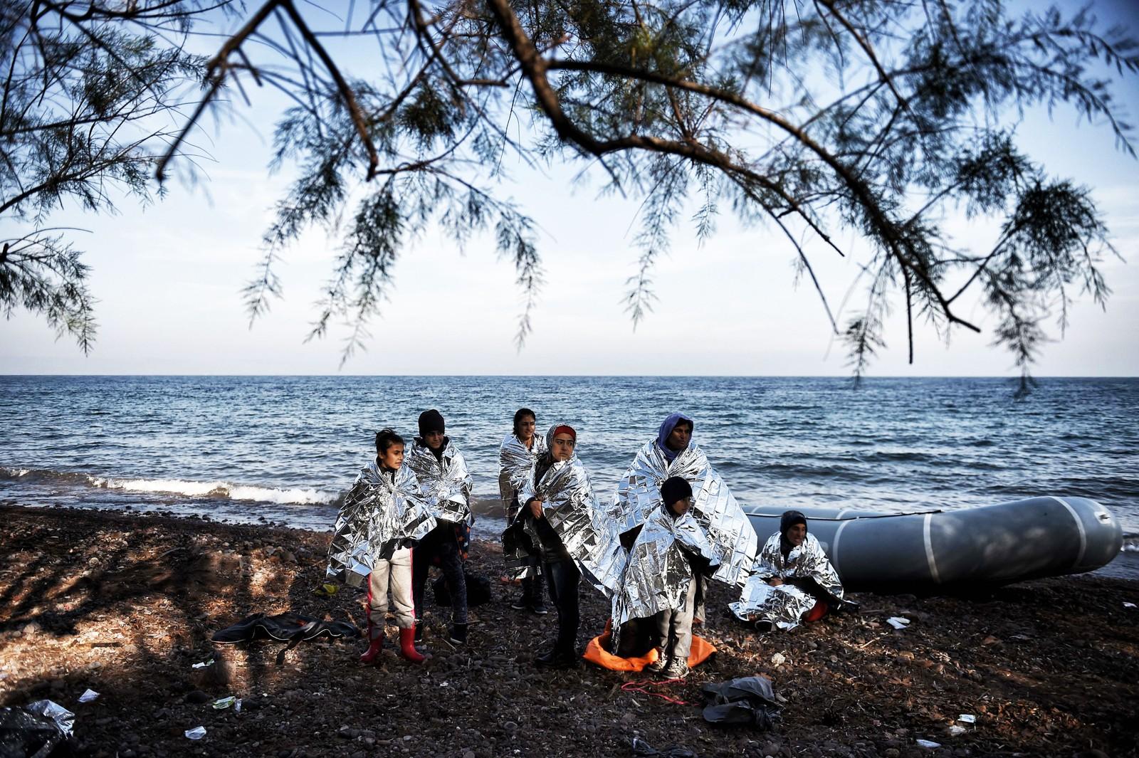 Overlevende på Lesvos etter å ha krysset havet fra Tyrkia i en gummibåt 8. desember 2015. Minst seks afganske barn døde den dagen da gummibåten de satt i, sank på veien til den greske øya.