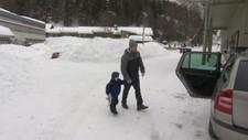 KORT DAG: Det ble kort dag i barnehagen i dag for Even som ble henta av pappa Erlend Kristoffersen.