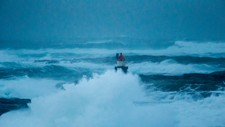 Flere steder langs kysten regnes det som farlig å være ute i småbåt på grunn av høye bølger fredag. Bildet er tatt på Titran på Frøya, i forbindelse med ekstremværet «Urd», 26. desember 2016.