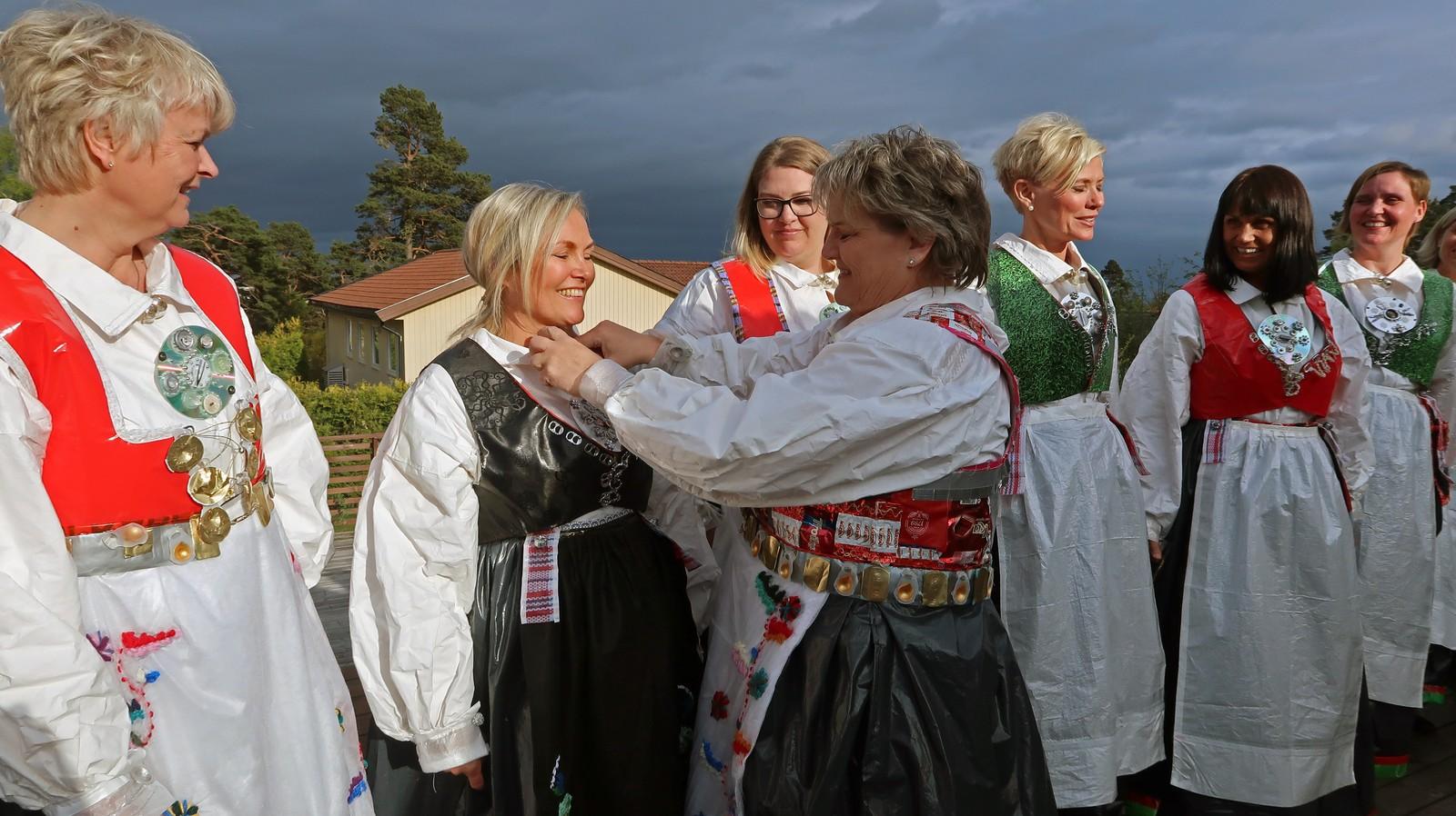 Aase Helene Fidje Ødegaard legger siste hånd på verket.