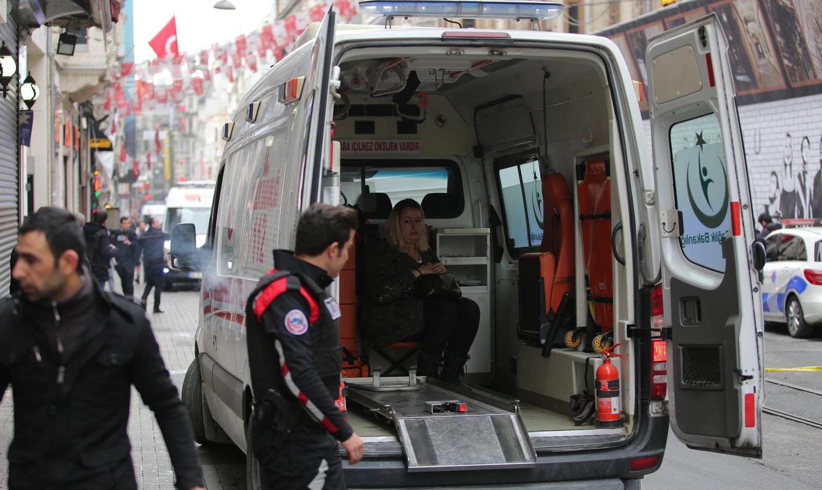 Helsepersonell hjelper et av ofrene for selvmorsangrepet i Istanbul lørdag.