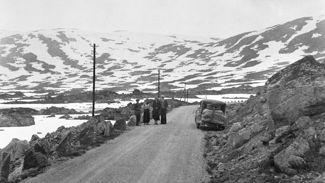 På gamle Strynefjellsvegen i 1938. Foto: Olav Kvaale. Eigar: Fylkesarkivet i Sogn og Fjordane.