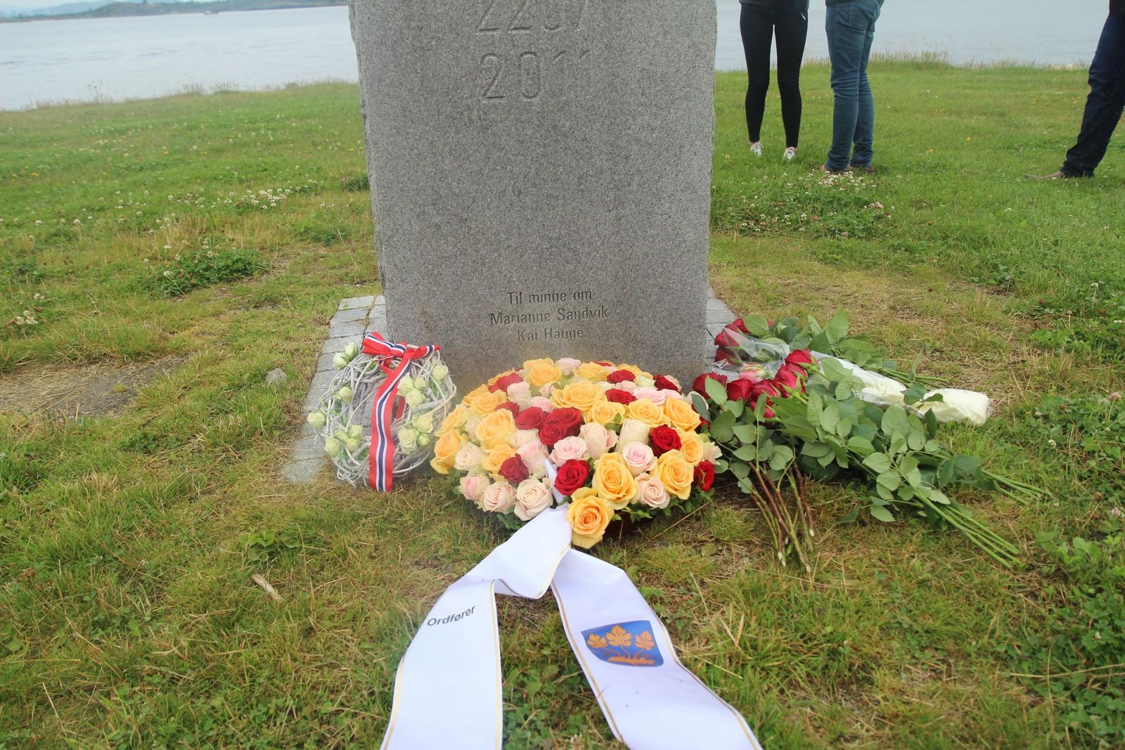 Det blei lagt ned blomsterkrans ved 22. juli-monumentet på Hundvåg.