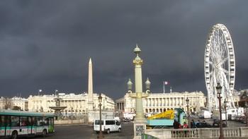 Truende skyer ved Tuilleriehagen, Paris.