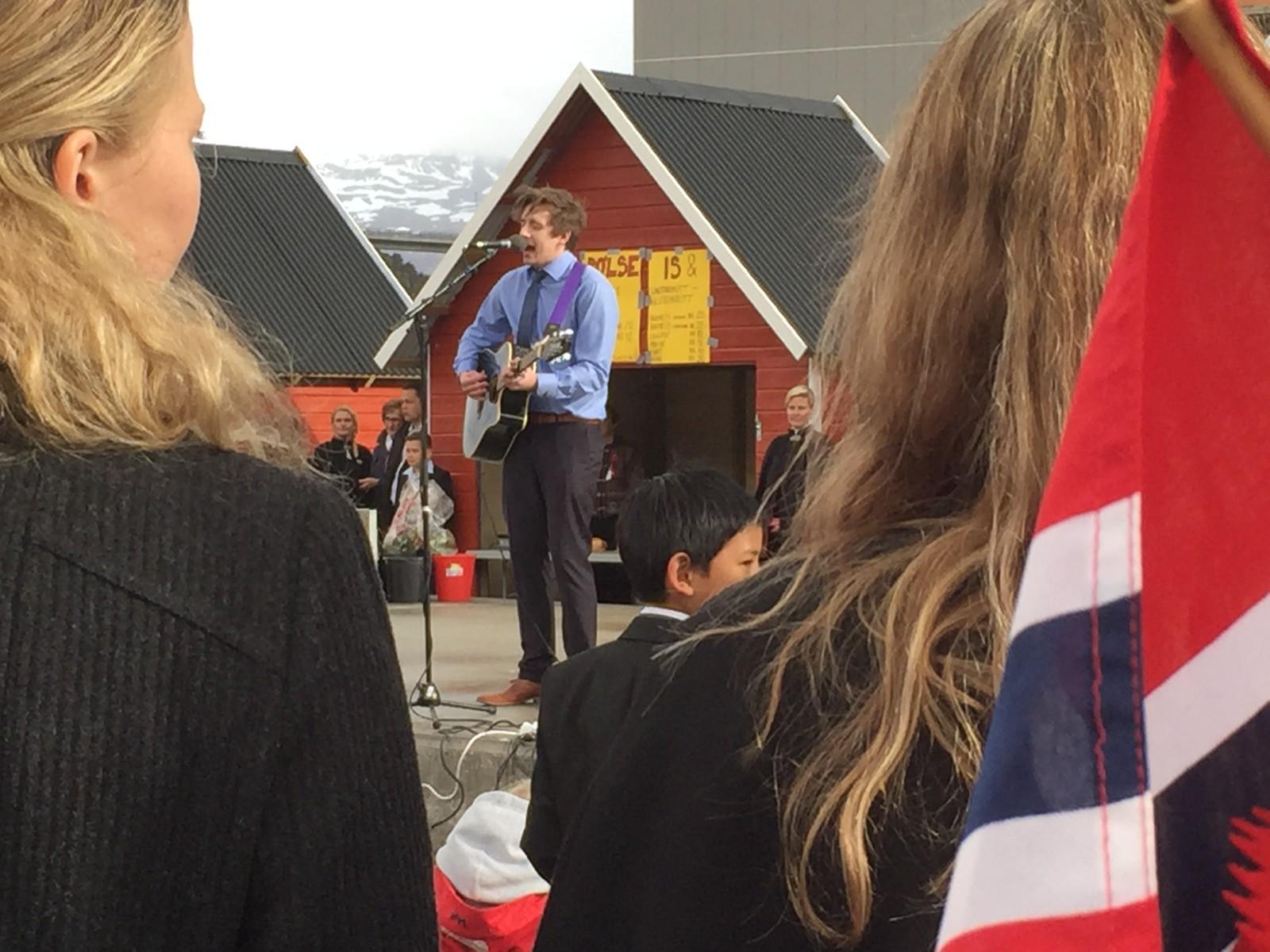 Tidlegare Idol-finalist Jørn Trollebø Kvalheim song på Torget i Måløy om ettermiddagen 17. mai.