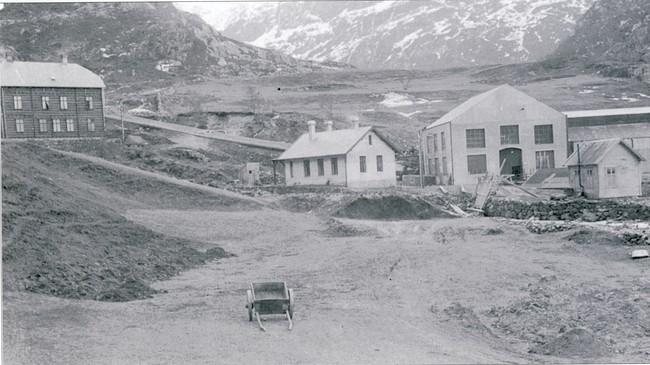 Stongfjorden middelskule heldt til i Messa til venstre i dette biletet. Foto: Paul Stang. Eigar: Fylkesarkivet i Sogn og Fjordane.