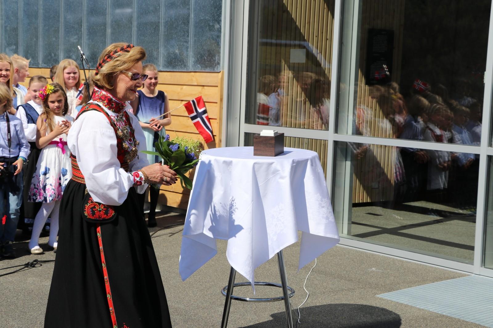 FJELLDRONNINGA: Dornning Sonja stod for den offisielle opninga av ei av verdas brattaste gondolbaner.