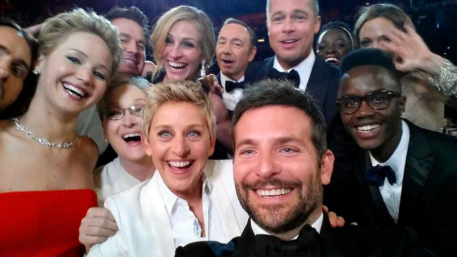 SELFIE: Selfien Ellen DeGeneres tok under Oscar-utdelingen i 2014, med en rekke skuespillere.