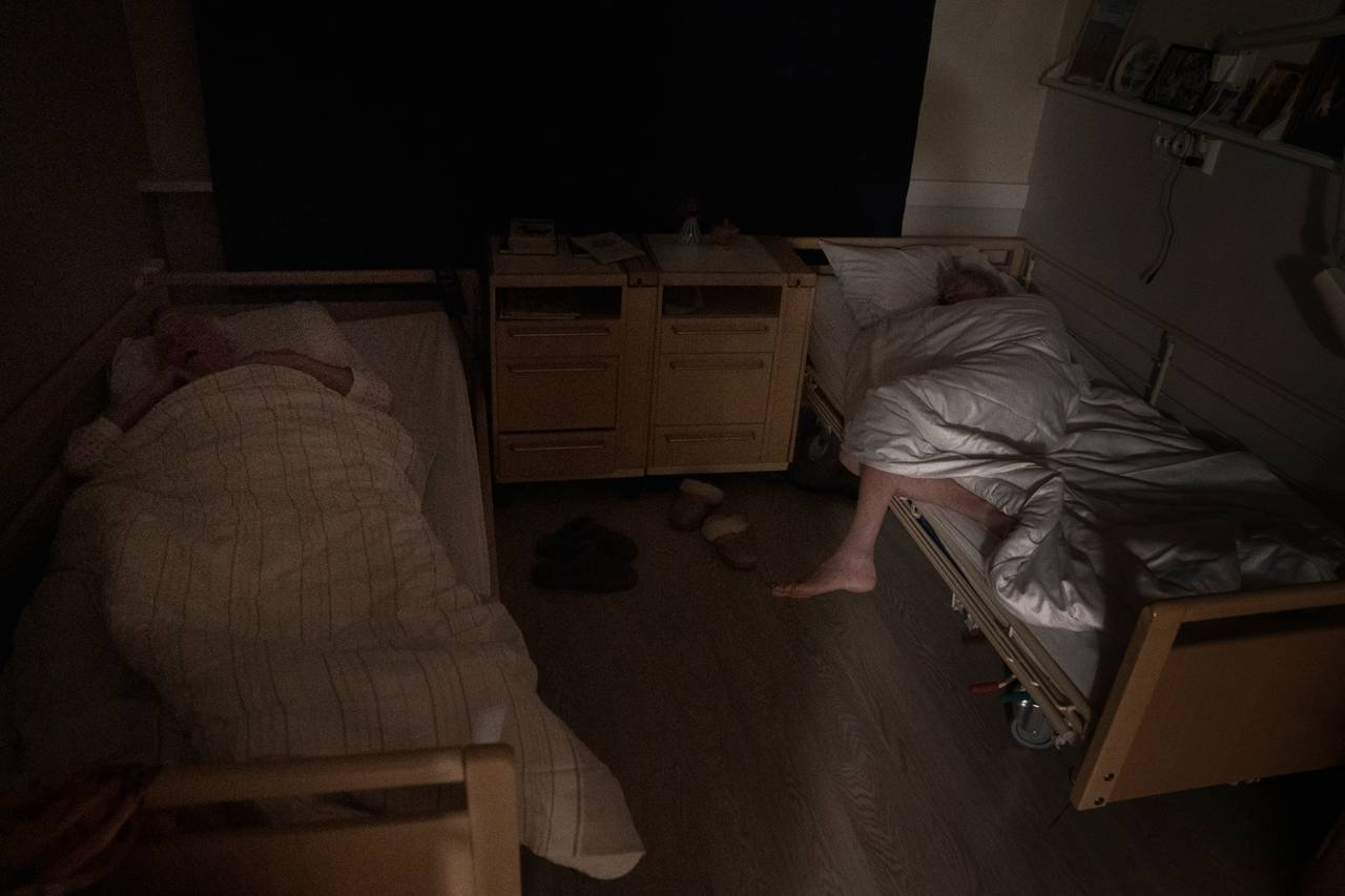 Ekteparet ligger i hver sin seng og sover.