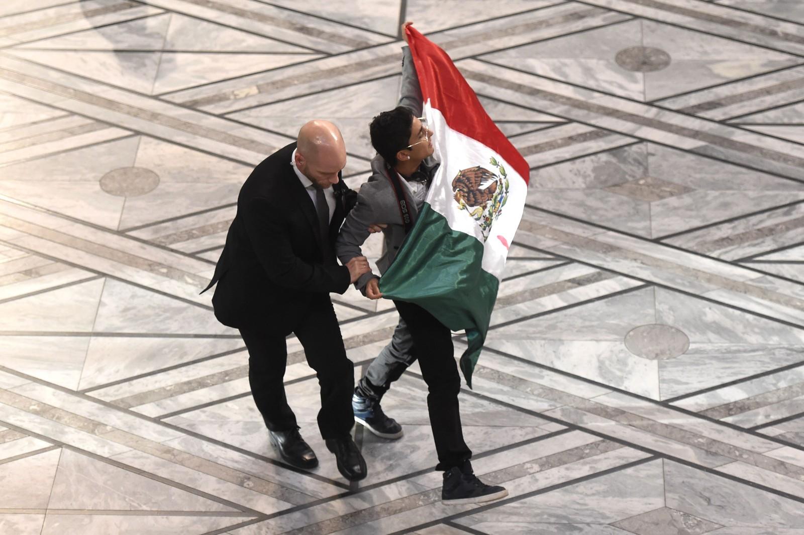 MEXICANSK FLAGG: Mannen hadde kamera rundt halsen og bar på et mexicansk flagg.