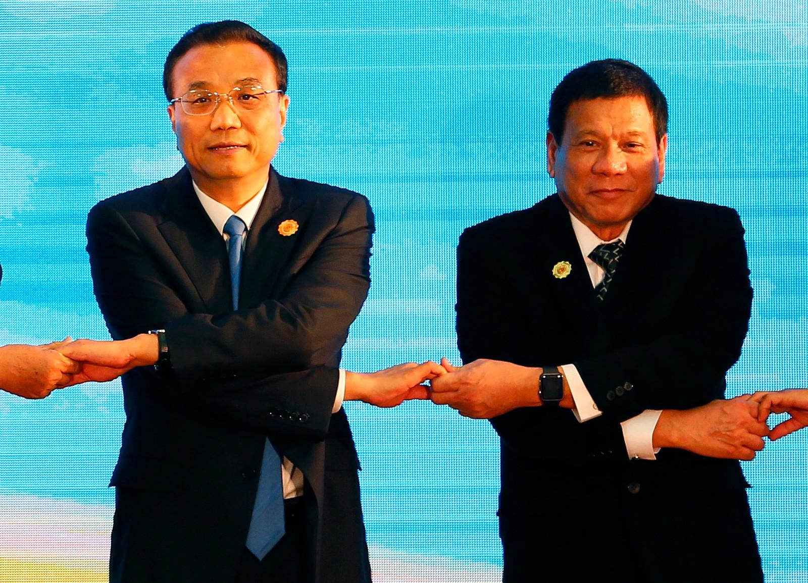 Hånd i hånd. Kinas statsminister Li Keqiang og Filipinenes president Rodrigo Duterte under ASEAN-toppmøtet i Laos den 7. september. ASEAN er en samarbeidsorganisasjon for sørøstasiatiske land.