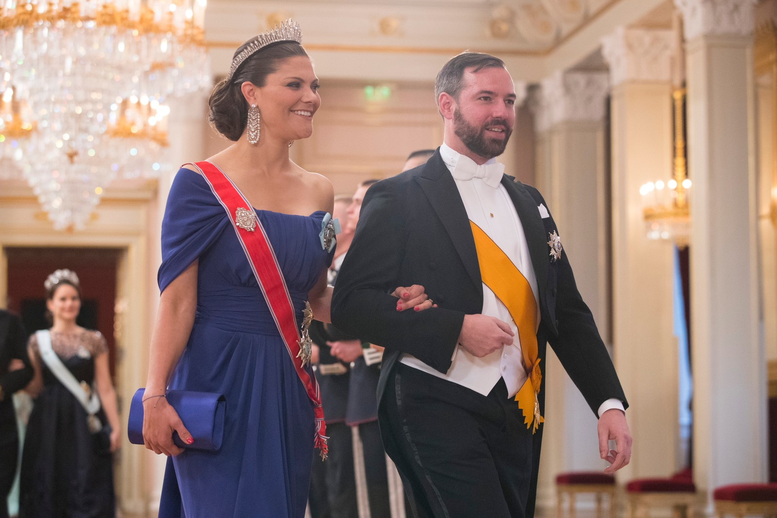 Gallamiddag på Slottet i anledning kongeparets 80-årsfeiring. Arvestorhertug Guillaume av Luxembourg og kronprinsesse Victoria av Sverige på vei inn til gallamiddag i anledning kongeparets 80-årsfeiring. POOL.