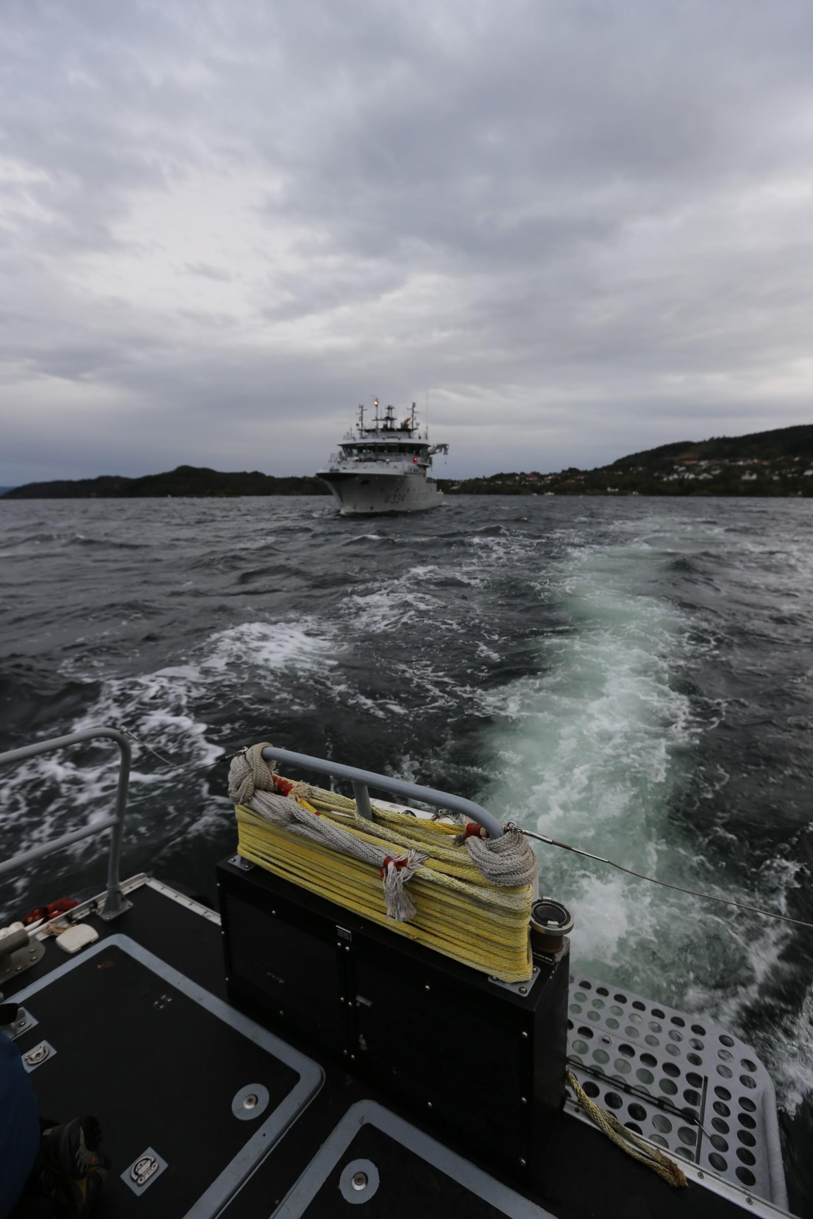 I BJØRNEFJORDEN: Kystvaktskipet Tor, her avbildet på avstand fra lettbåten, ser kanskje liten ut på avstand, men den er nesten 50 meter lang og har 14 manns besetning.