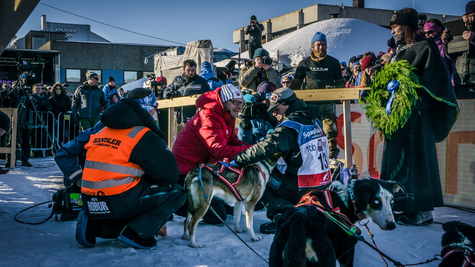 Seiersintervju ved målgang. Alle vil snakke med vinneren av Finnmarksløpet.