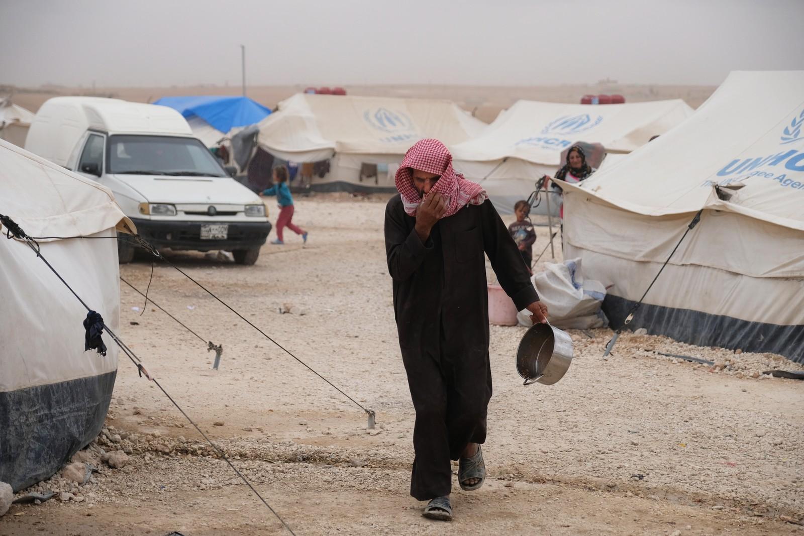 Flytkningleiren Ain Issa, et par timers kjøring nord for Raqqa i Syria. Her treffer vi både irakere og syrere, alle har rømt fra IS.