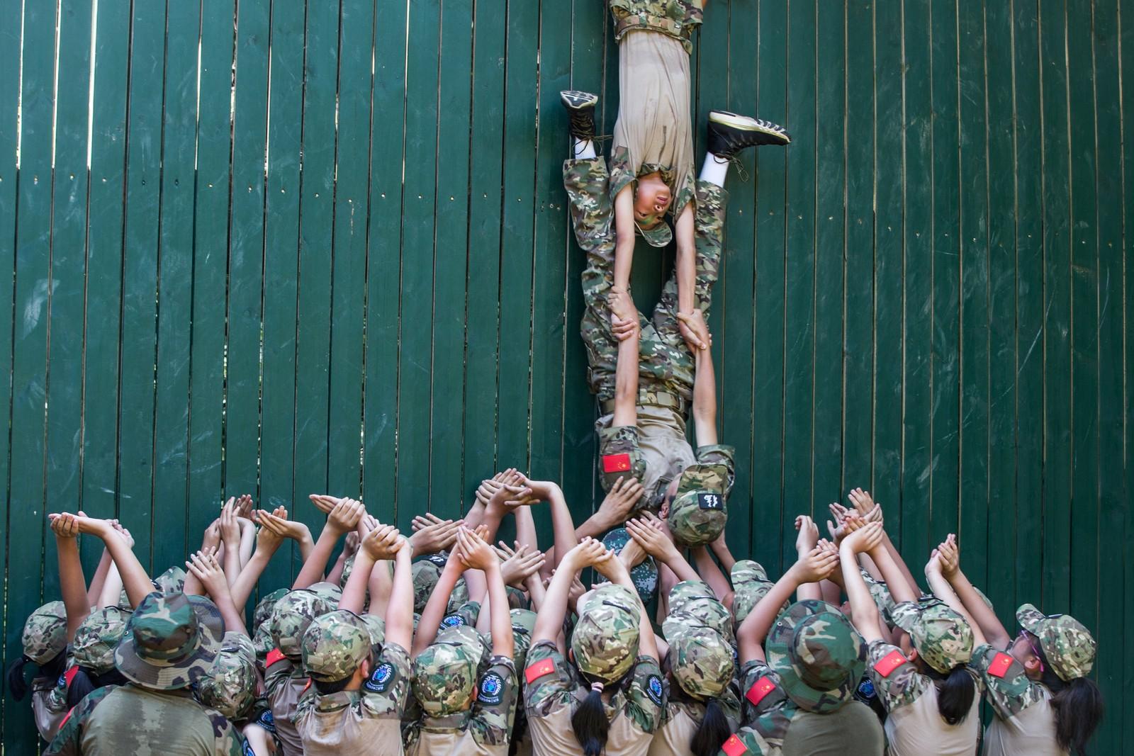 Militærtrening på ungdomsskolen i Hangzhou, Kina.