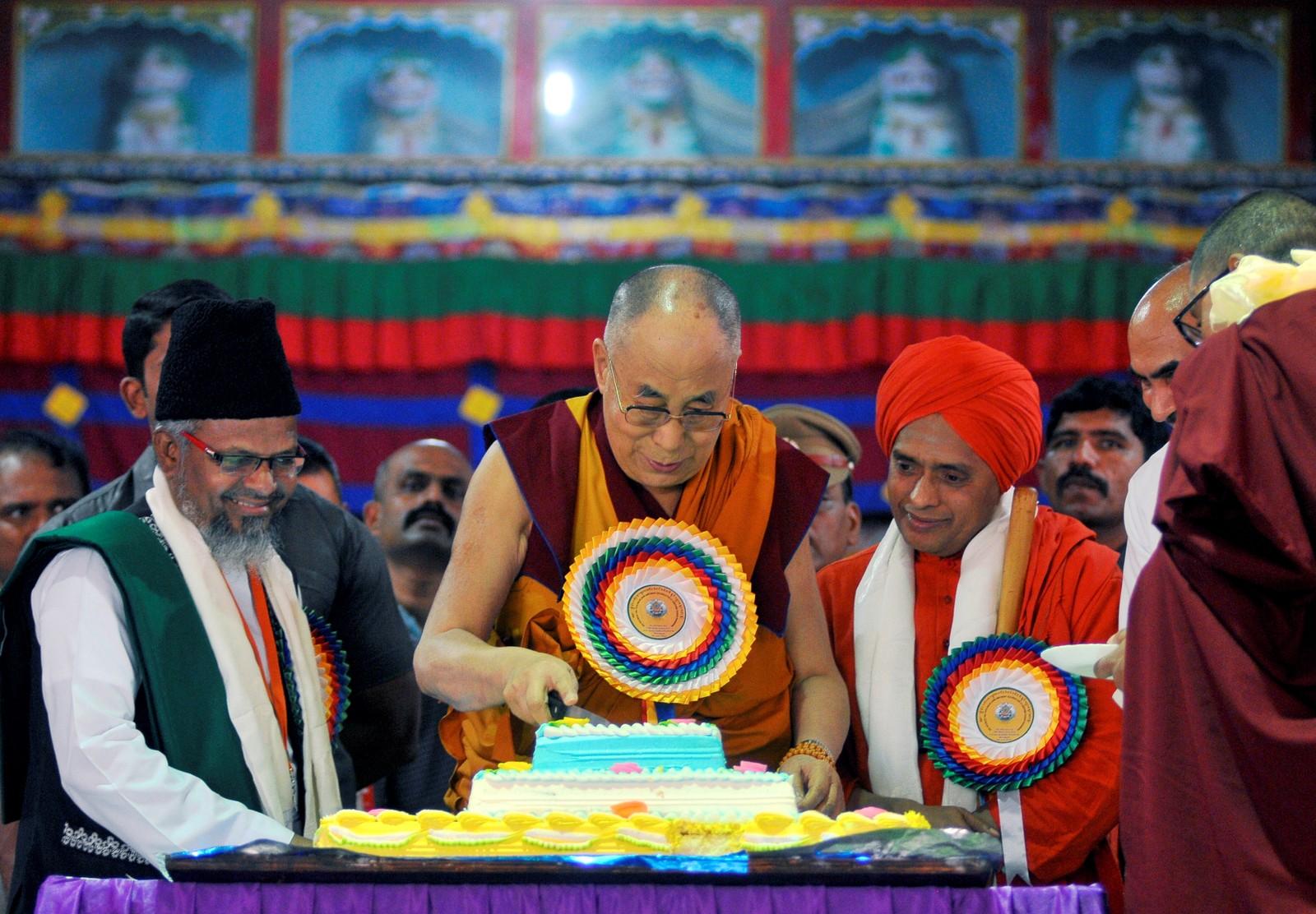 Dalai Lama tar seg litt kake for å feire sin egen bursdag den sjette juli. Bursdagsselskapet fant sted i Drepung-klosteret i Karnataka i India.