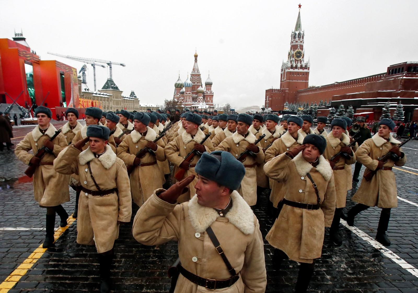 Fem og eit halvt tusen soldatar kledde i uniformar frå 1941 helste krigsveteranar som var møtt fram til markeringa ved Kreml i dag.