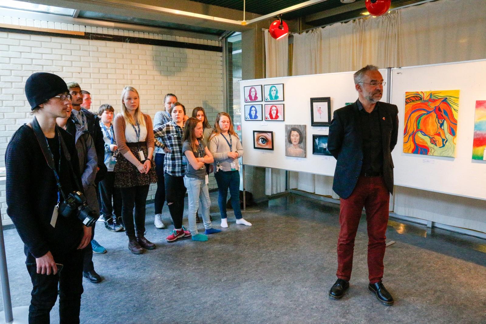 OPNING: Kommunalsjef i Førde Kommune, Trond Ueland opna kunstutstillinga på Førdehuset.