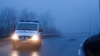Politibil holder vakt ved åstedet for drapene i Årdal