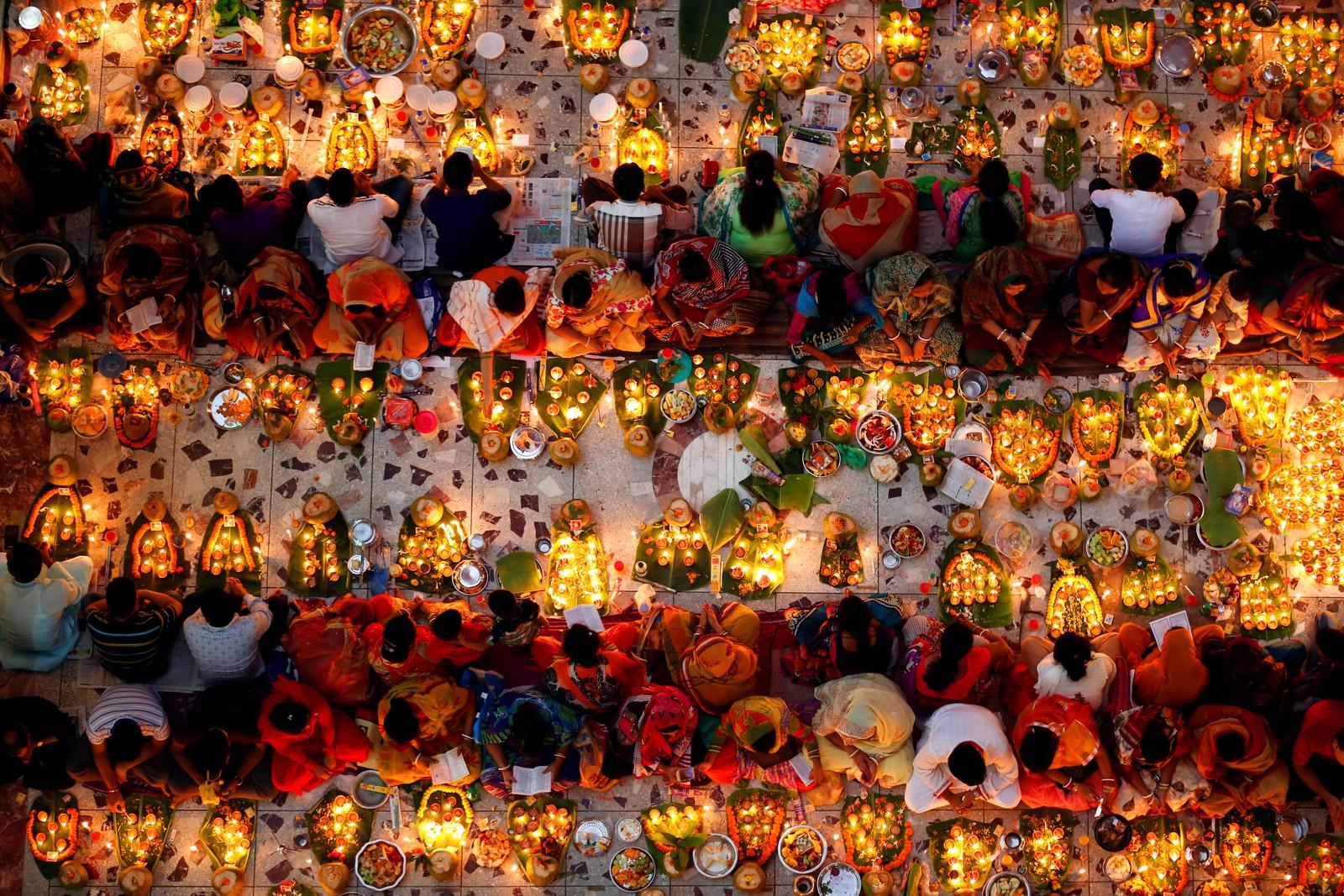 Hinduer i et tempel under den siste dagen av den religiøse høytiden Rakher Upabash i Dhaka i Bangladesh