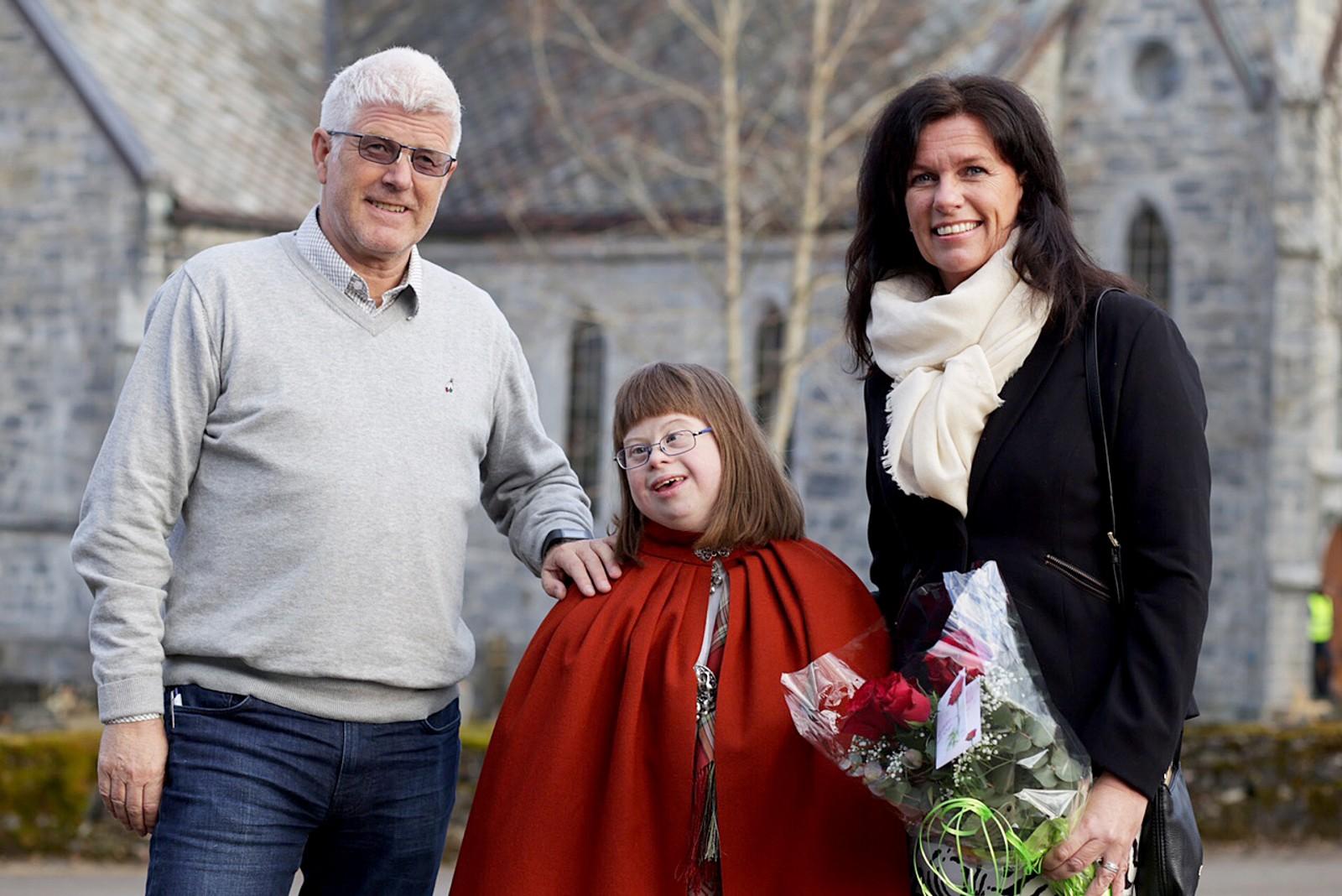 Marthe Sakshaug (i midten) har fått mye hjelp av Joralf Gjerstad på grunn av smerter i beina. Sammen etablerte Sakshaug og Gjerstad et hjelpefond i 2001. Her er Marthe Sakshaug og foreldrene.