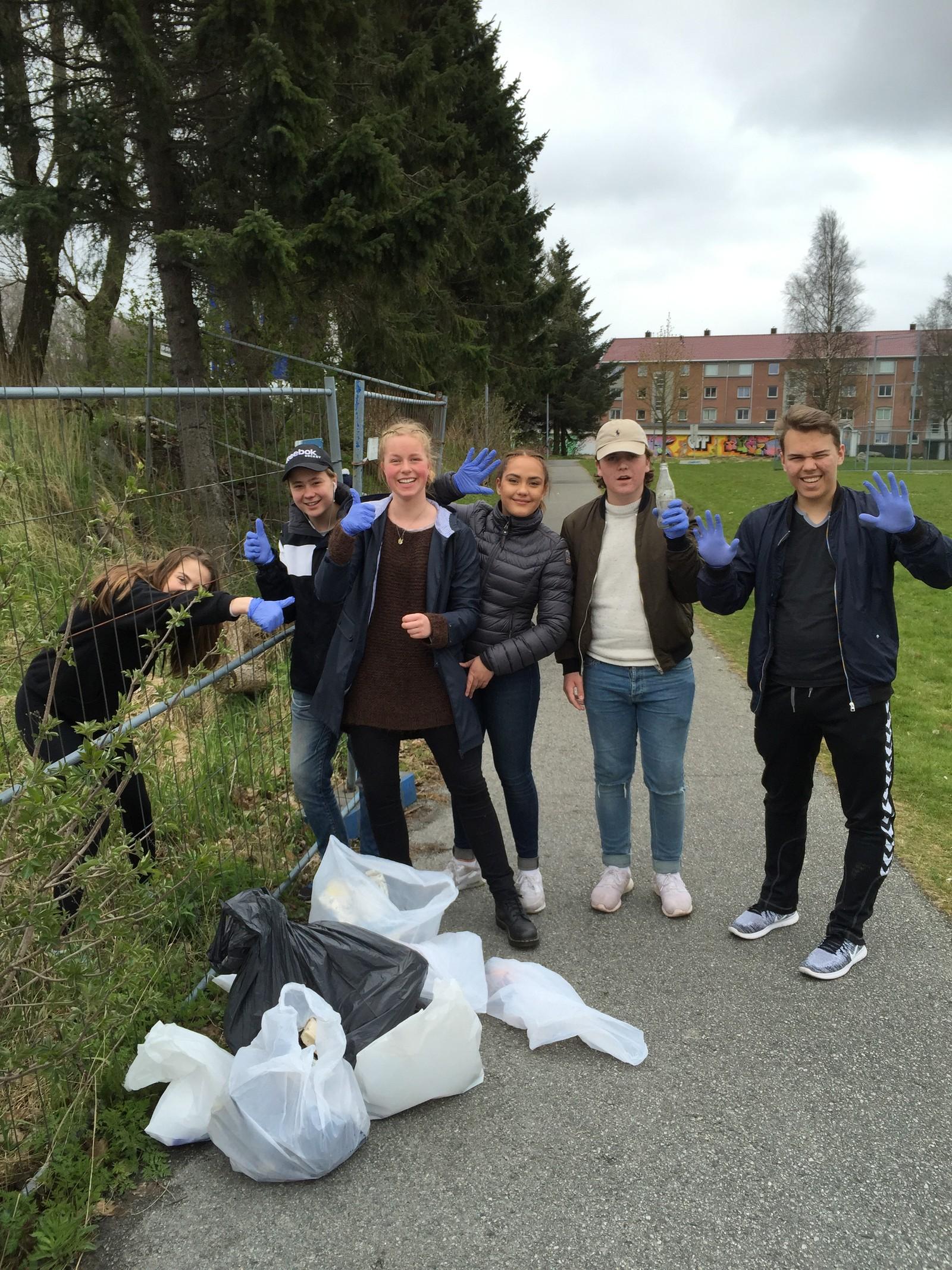 Hele Ullandhaug skole har plukket søppel i nærområdet i dag.