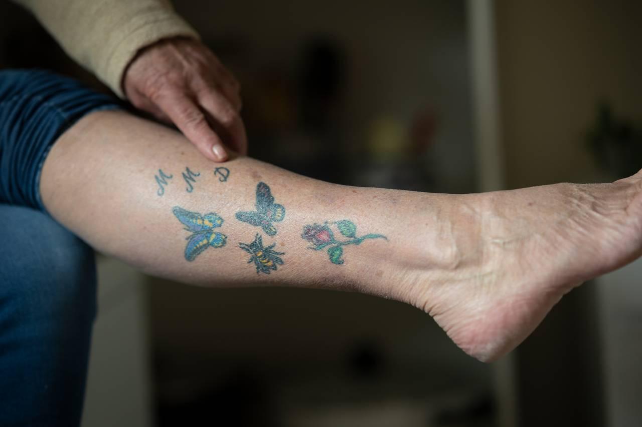 Else Mari og tatovering på leggen