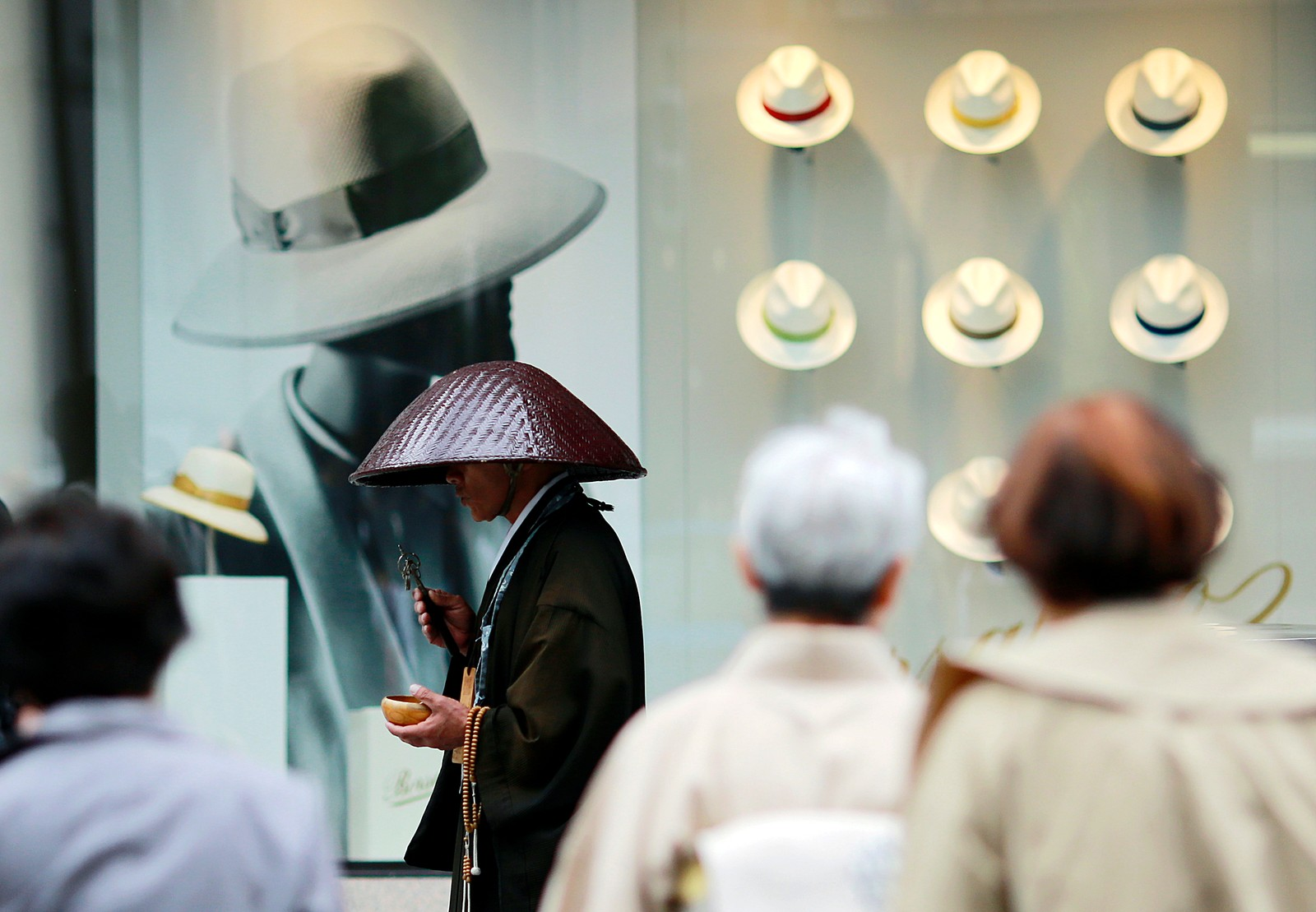 En buddhistmunk ber i handledistriktet Ginza i Tokyo.