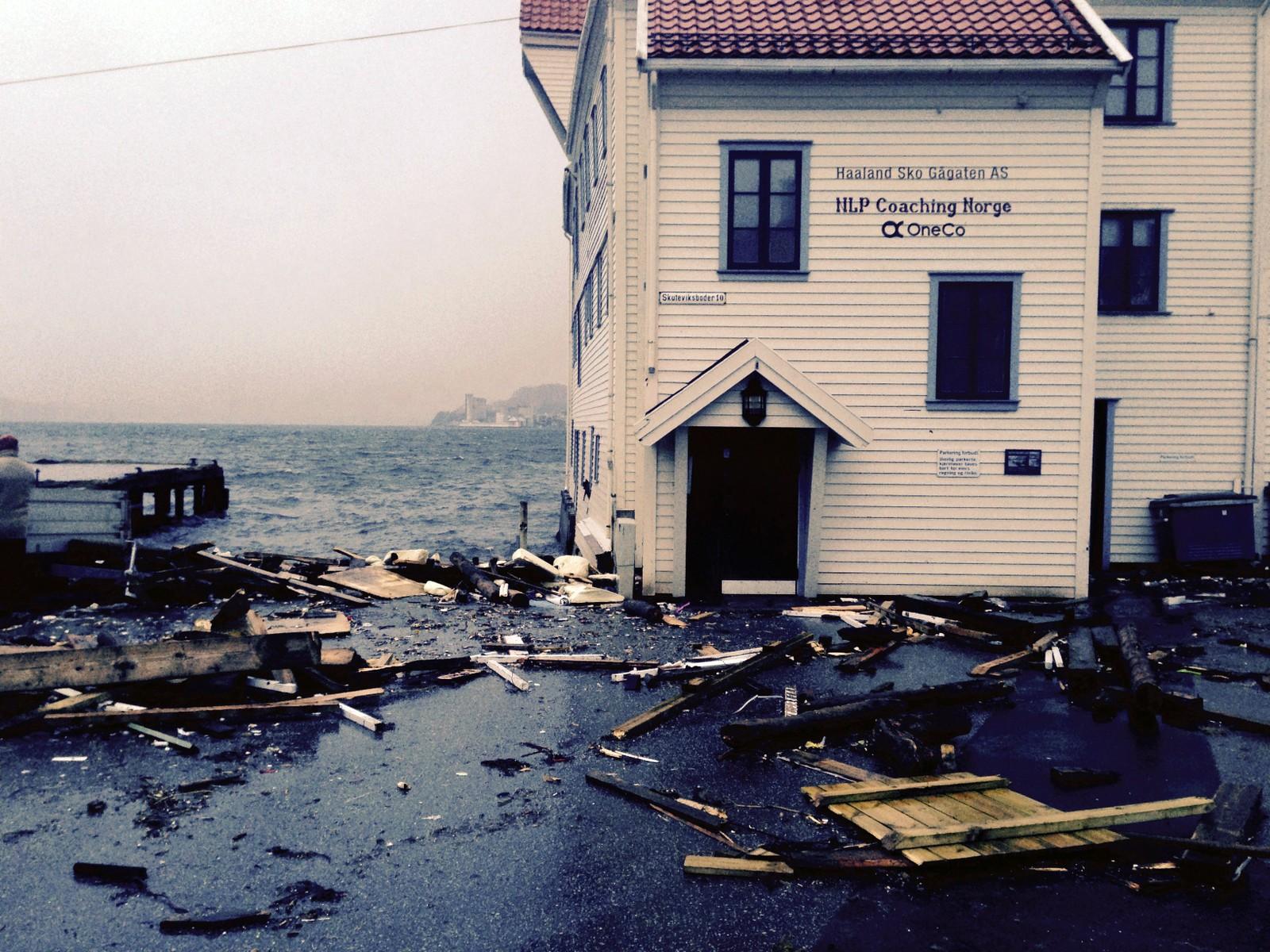 Slik så det ut på en av bryggene i Sandviken da natt ble til dag.
