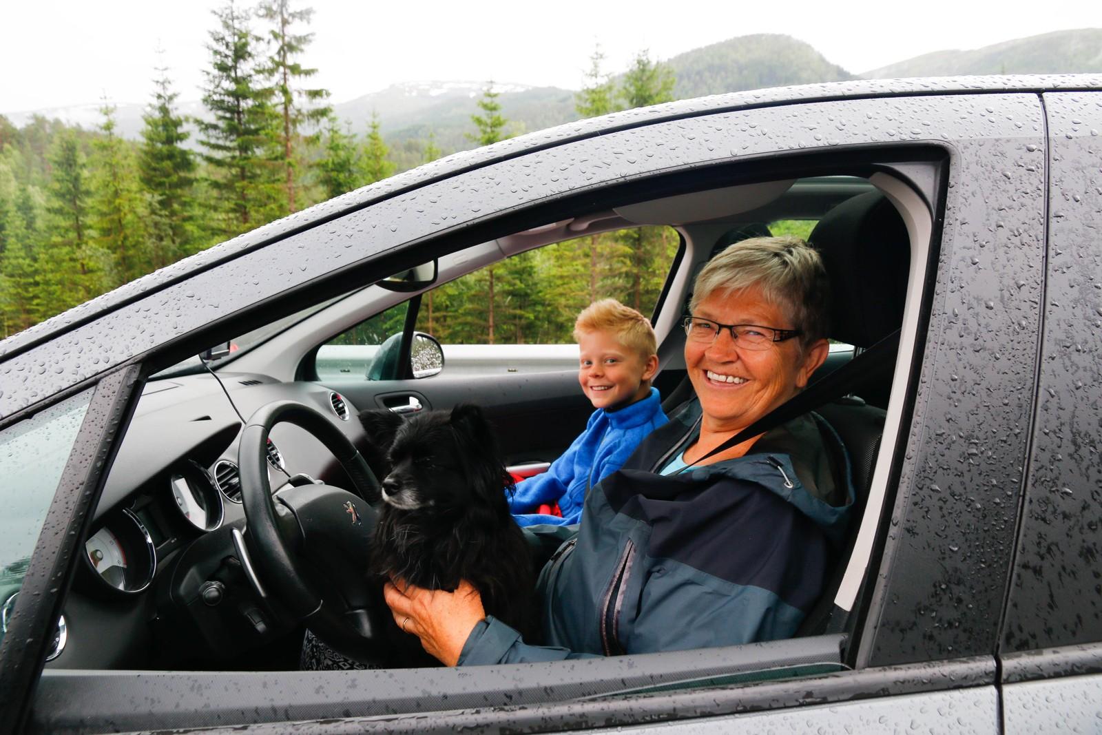 Turid Henriksen og barnebarnet Arvid var først ute på nyevegen på Sande i Gaular.