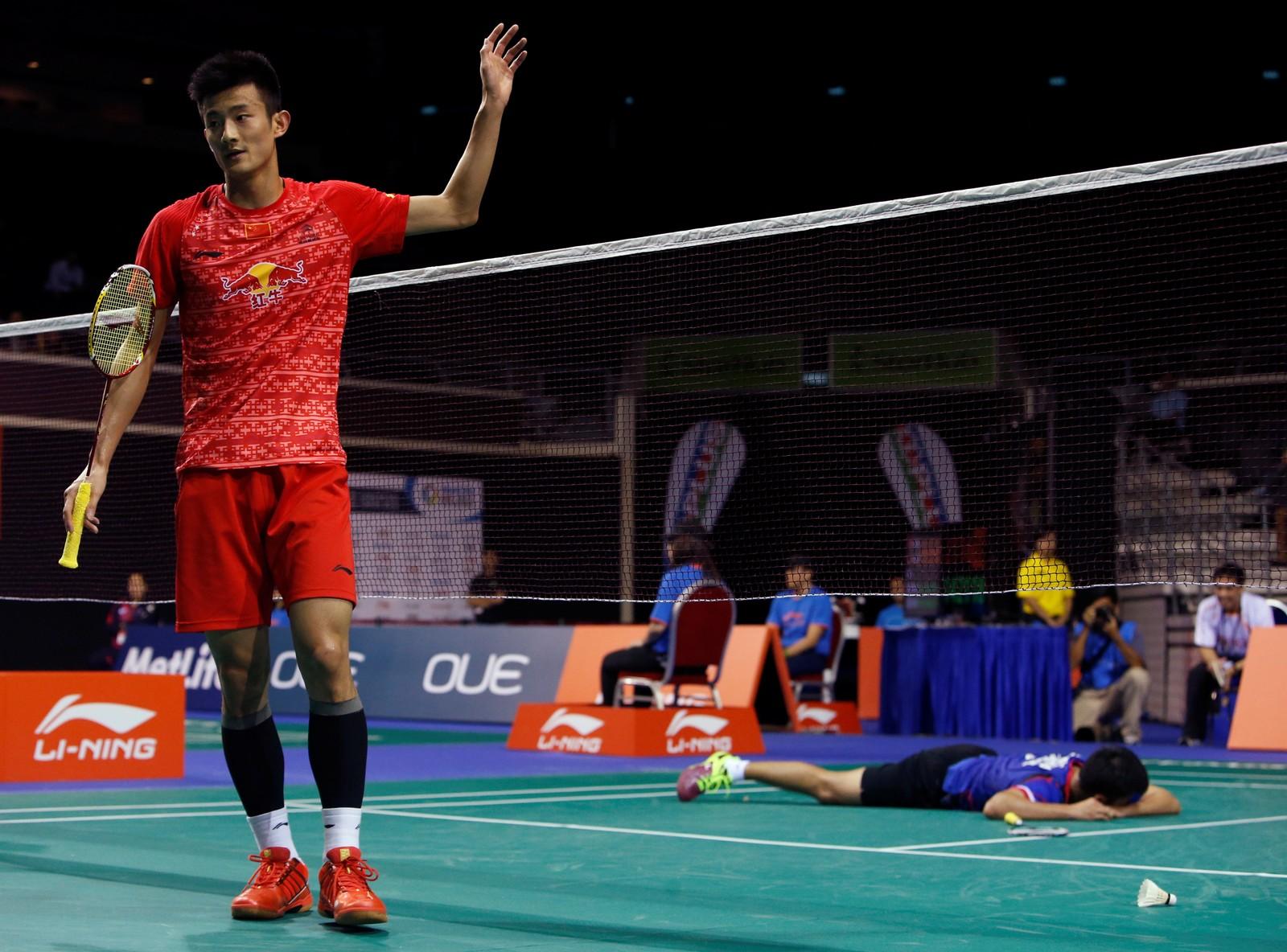 NEEEEI! Boonsak Ponsana fra Thailand fortviler etter at han har tapt et poeng under åttendelsfinalen i Singapore Open i badminton. Motspiller Chen Long fra Kina tok poenget. Chen Long vant kampen 17-21, 21-18, 21-9 og slo dermed ut Boonsak Ponsana, som har vunnet turneringen to ganger tidligere.