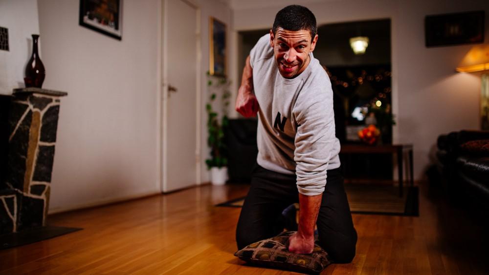 Yngvar viser hvordan du får til en effektiv treningsøkt hjemme. Finn frem en pute og tren!