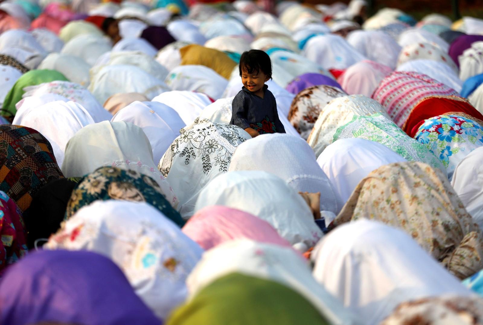 Feiring av den muslimske høytiden Id al-adha på gata utenfor en moské i Jakarta i Indonesia.
