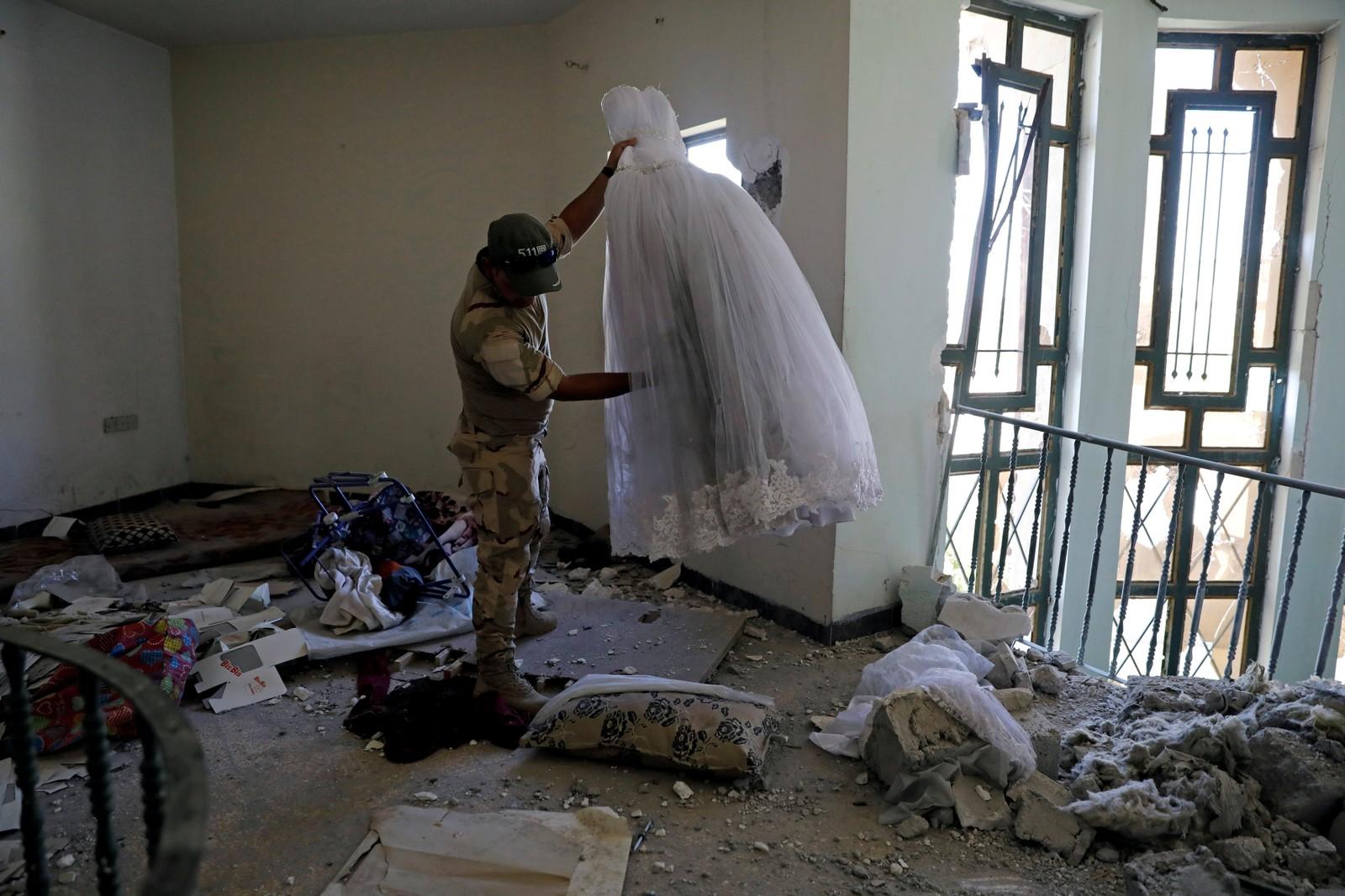 En brudekjole ligger igjen etter at IS ble jaga fra dette huset i den vestlige delen av Mosul.