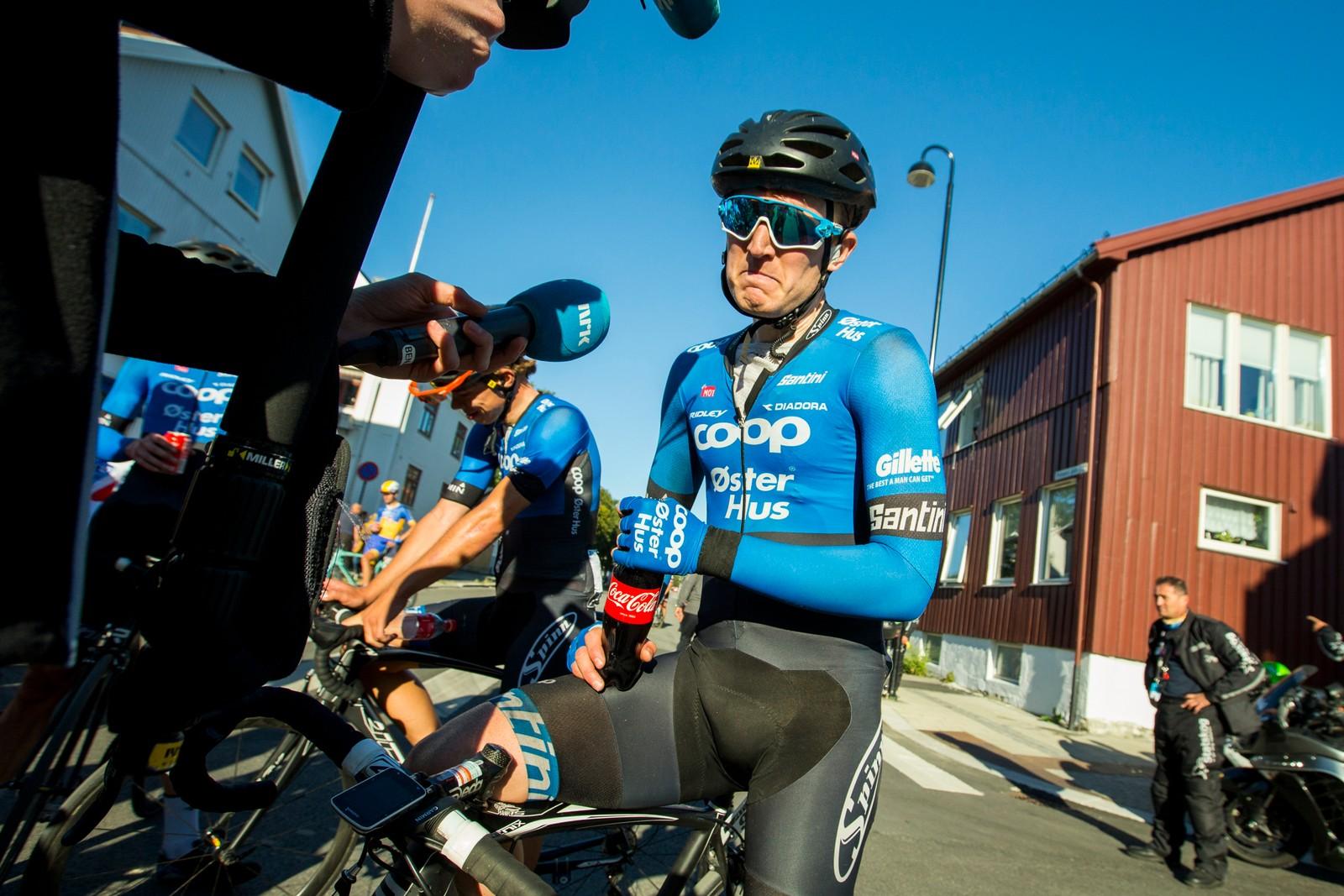 En skuffet August Jensen (Team Coop-Østerhus) blir intervjuet av NRK etter fjerde og siste etappe i sykkelrittet Arctic Race of Norway søndag. Jensen kom på 7.-plass.