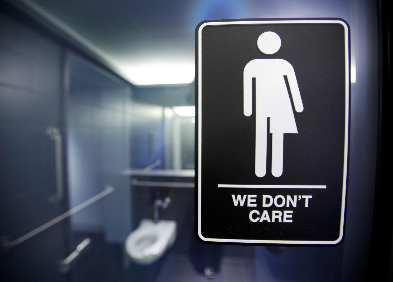 En stille protest ved 21C Museum Hotel i Durham, Nord-Carolina i USA denne uken mot innføringen av den kontroversielle loven House Bill 2 (HB2), også kalt «do-loven». Loven ble innført i Nord-Carolina 23. mars 2016 og nekter transpersoner å bruke det offentlige toalettet de ønsker. De må i stedet bruke toalettet for det kjønnet de er født med. Bruce Springsteen er blant artistene som har boikotta opptredener i delstaten i protest mot den nye loven.