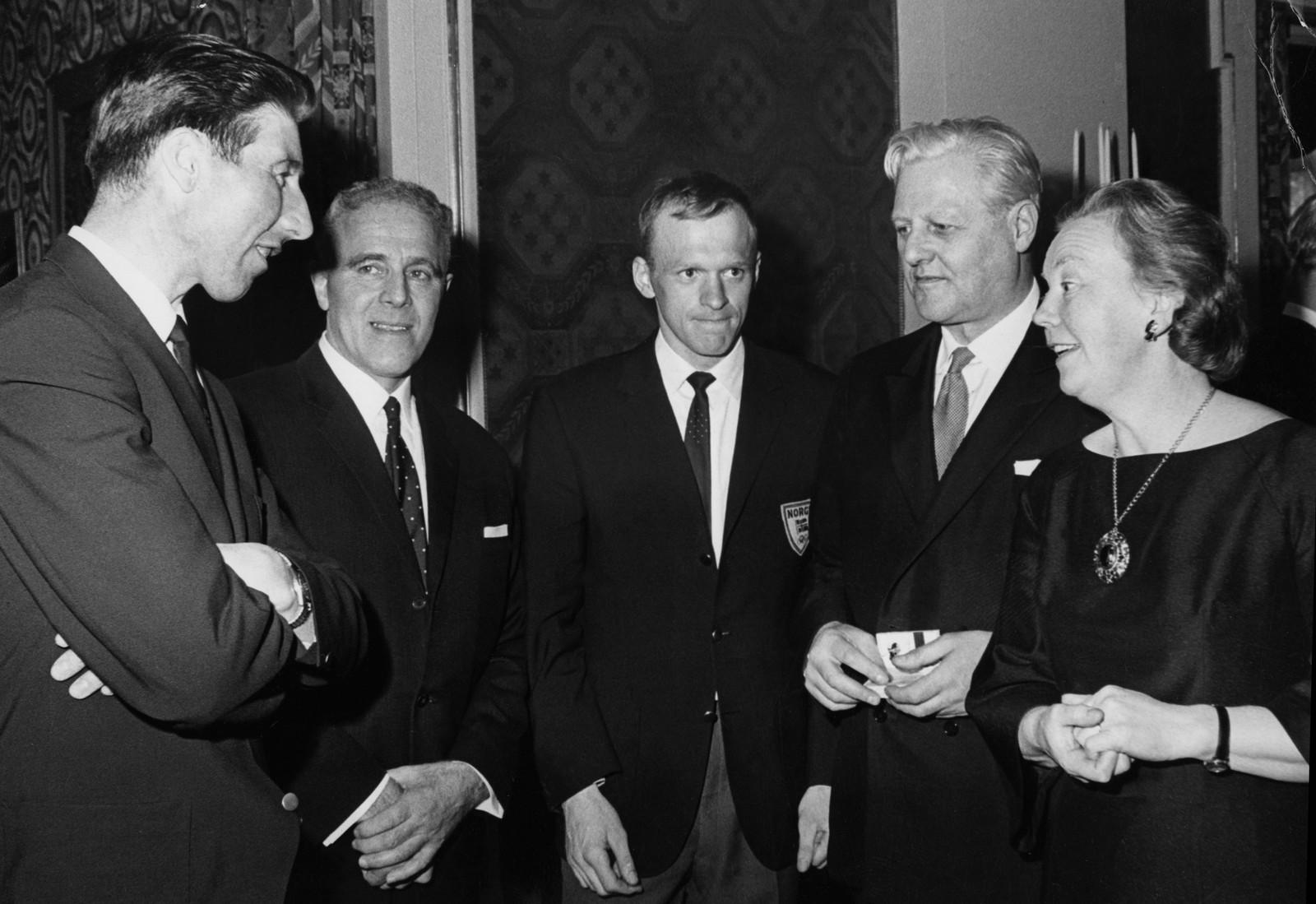 Statsminister for den borgerlige regjeringen, 1965-1971, Per Borten (SP) møter skiessene Harald Grønningen og Pål Tyldum, sammen med regjeringskollega John Lyng og fruen, under en mottagelse for OL-troppen etter OL i Grenoble, der herrene tok gull på stafetten, og Grønningen gull på 15 km.