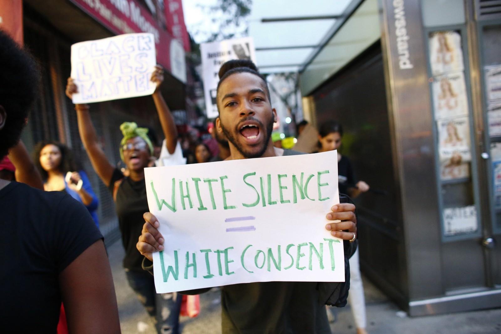 NEW YORK: Flere tusen demonstrerte i New York mot politivold mot afroamerikanere. Ifølge nettsiden Mapping Police Violence har ubevæpnede svarte fem ganger så stor risiko for å bli skutt og drept som hvite.