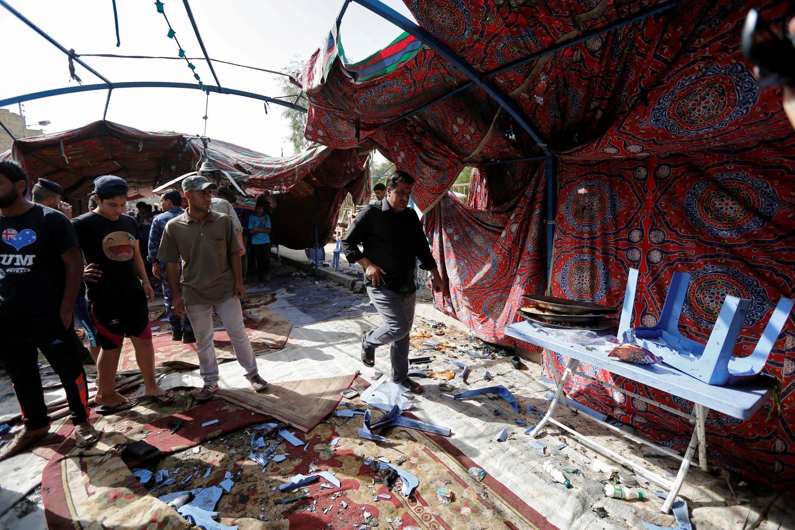Innbyggjarane samla like ved teltet der ein sjølvmordsbomber detonerte ei bombe.
