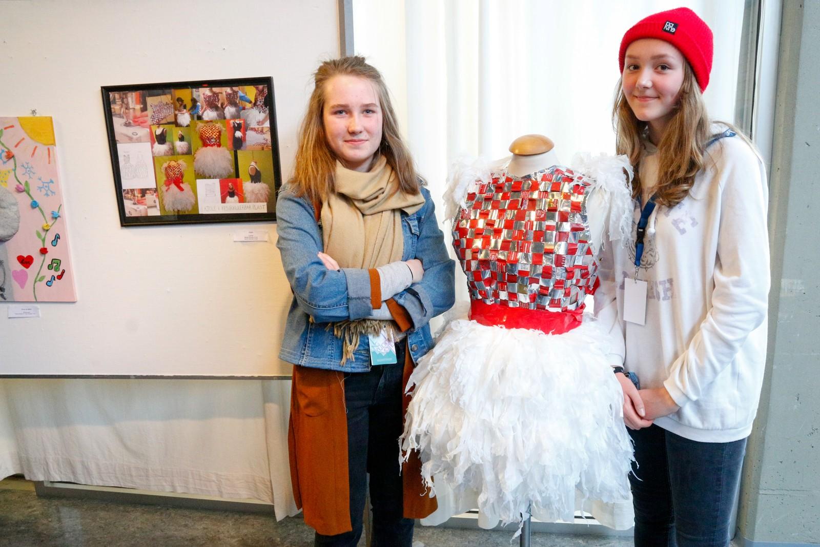 """MILJØVENLIG: Synne Bentås (13) og Margit Brooks (13) frå Lærdal med verket """"Kjole"""" laga av resirkulerbar plast"""