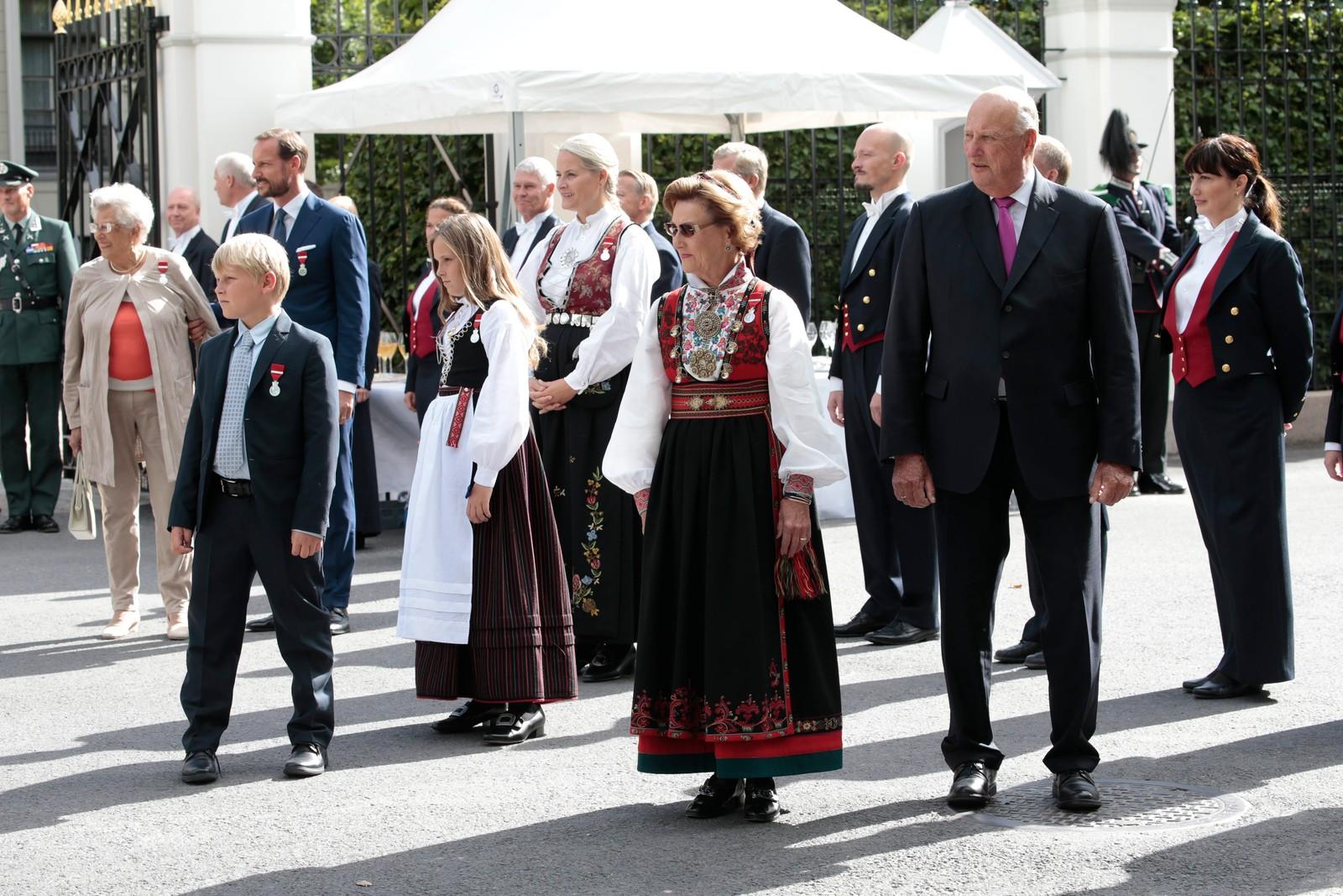 Kong Harald og dronning Sonja ankommer festen sammen med kronprinsparet.