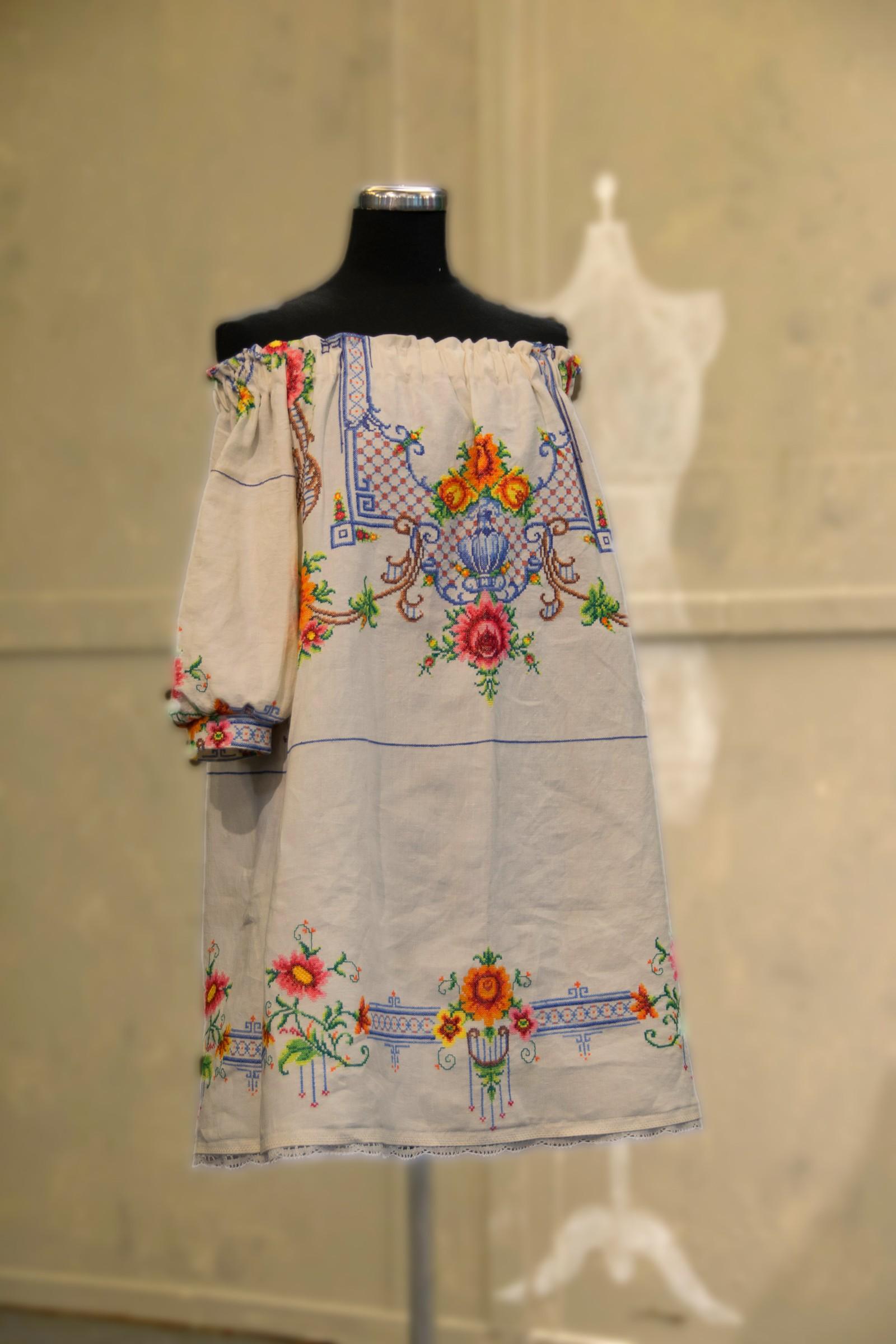 Med denne blusen fikk Monica førsteplass i mønsteroppgaven. Hun fikk tak i duken alle ville ha, men hun fikk skryt for bruken av stoffet.