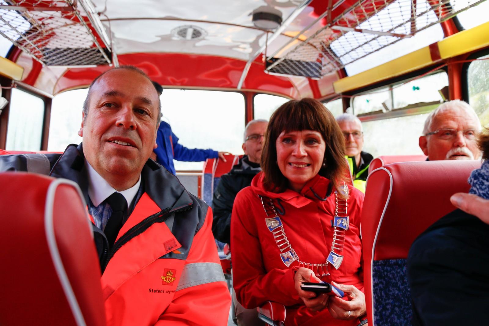 Prosjektleiar E-39 Lavik- Skei, Svein Reidar Dale og fylkesordførar Jenny Følling (Sp) på busstur.